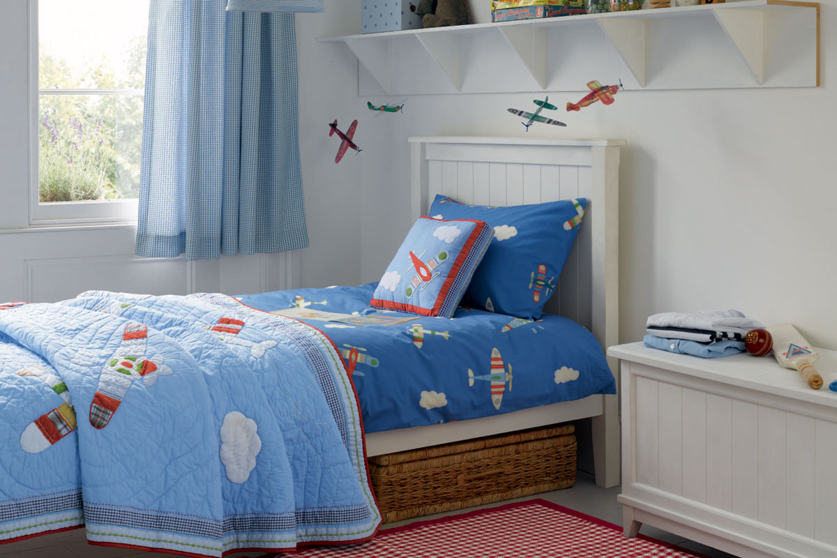 Детская комната для мальчика с самолетами