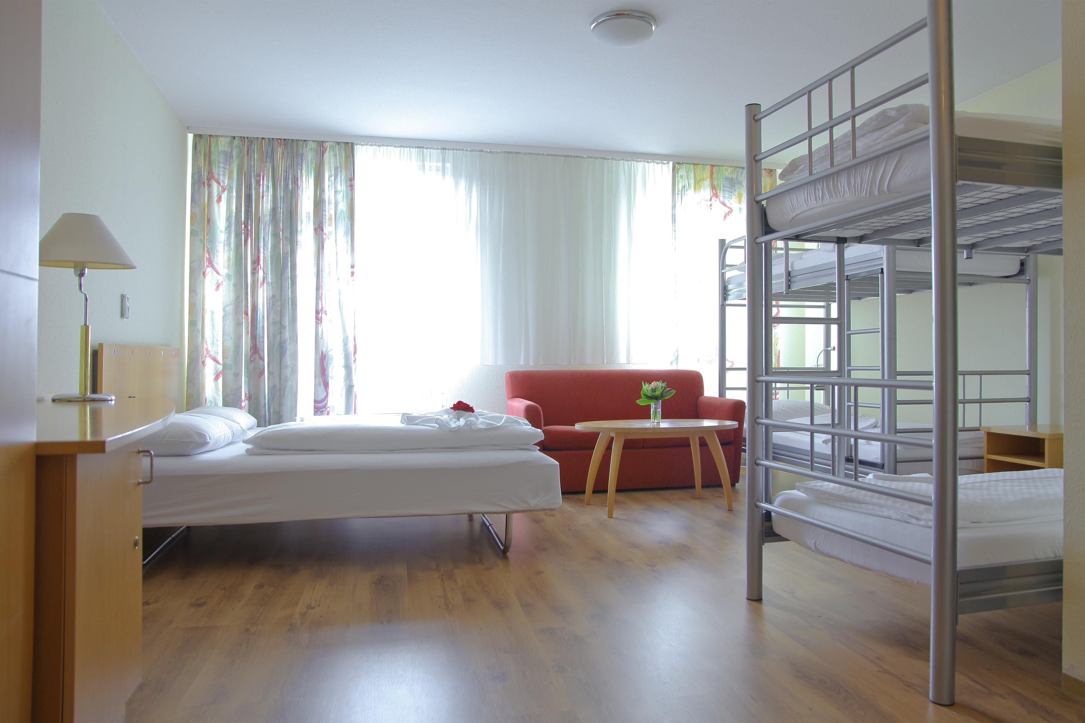 Спальня в однокомнатной квартире для семьи