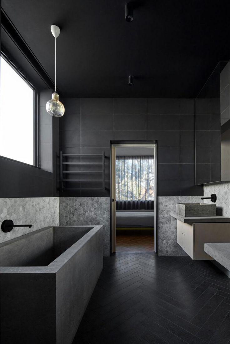 Черная ванная с серой отделкой