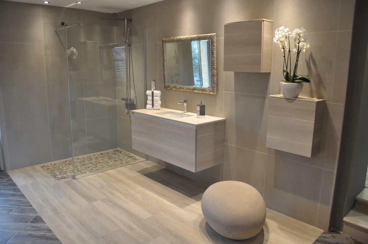 Ванная комната с душевой кабиной серая