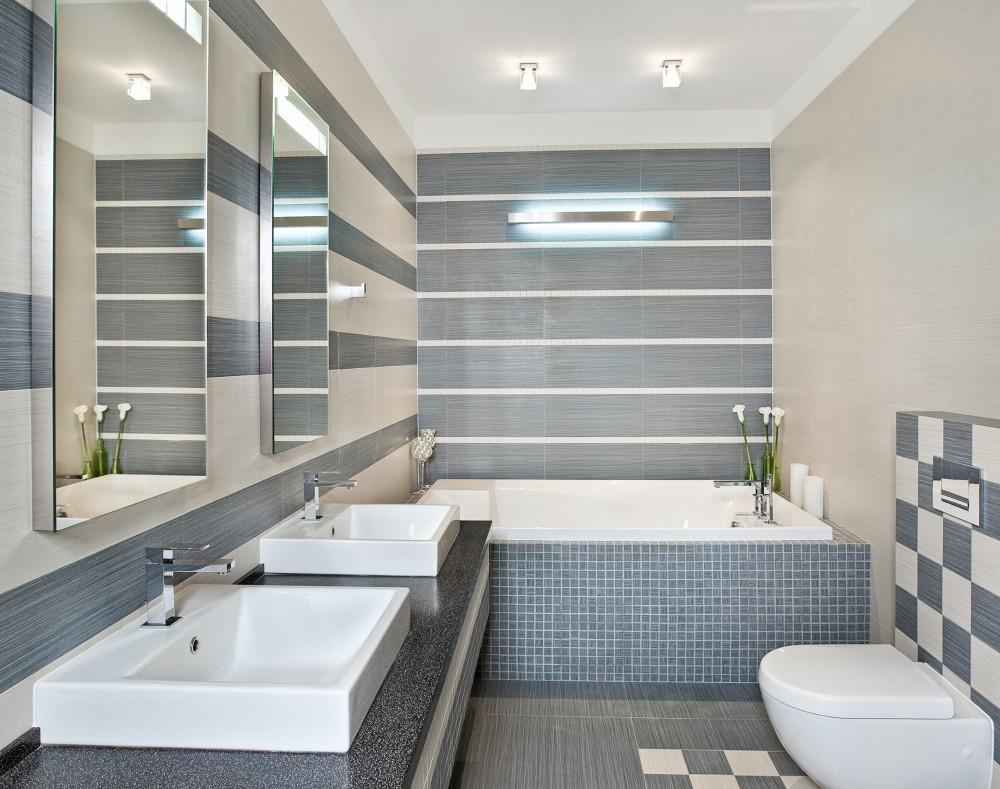 Совмещенная ванная комната серо-белая
