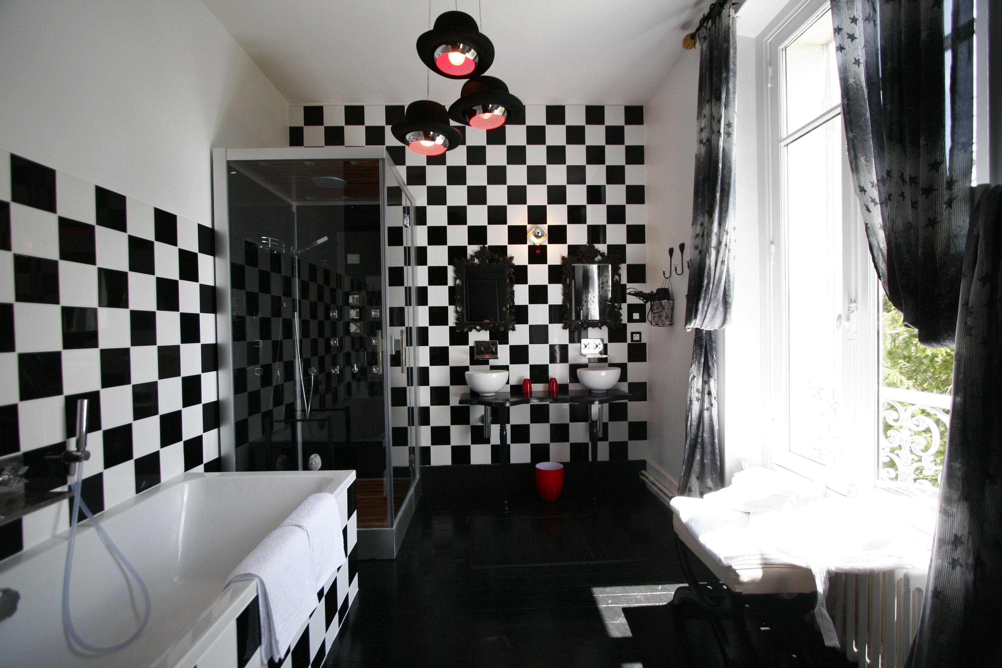 Черно-белая ванная с шахматным рисунком