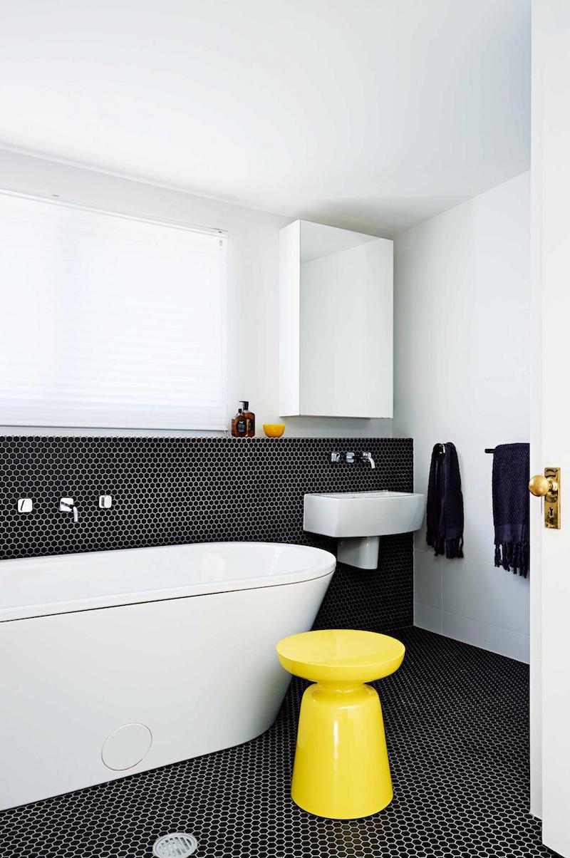 Черно-белая ванная с шестиугольной плиткой