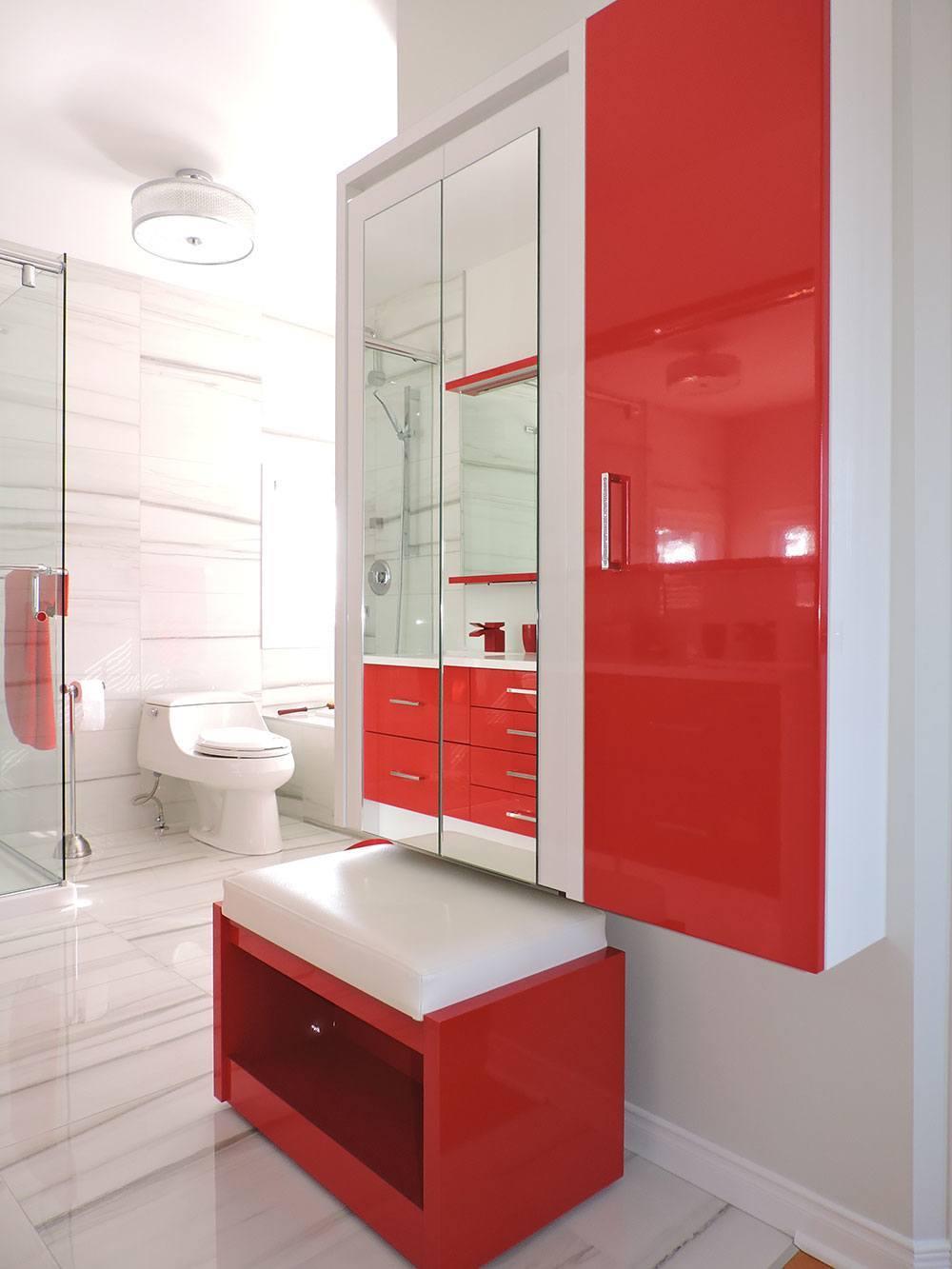Красный шкаф в ванной