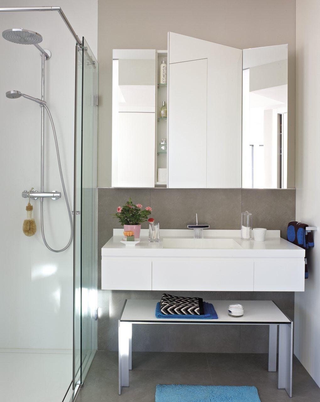 Шкафчик с зеркалом в ванную комнату