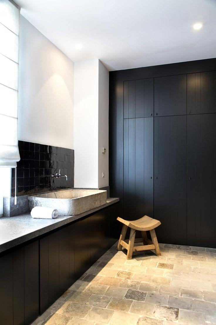 Черная ванная со шкафами