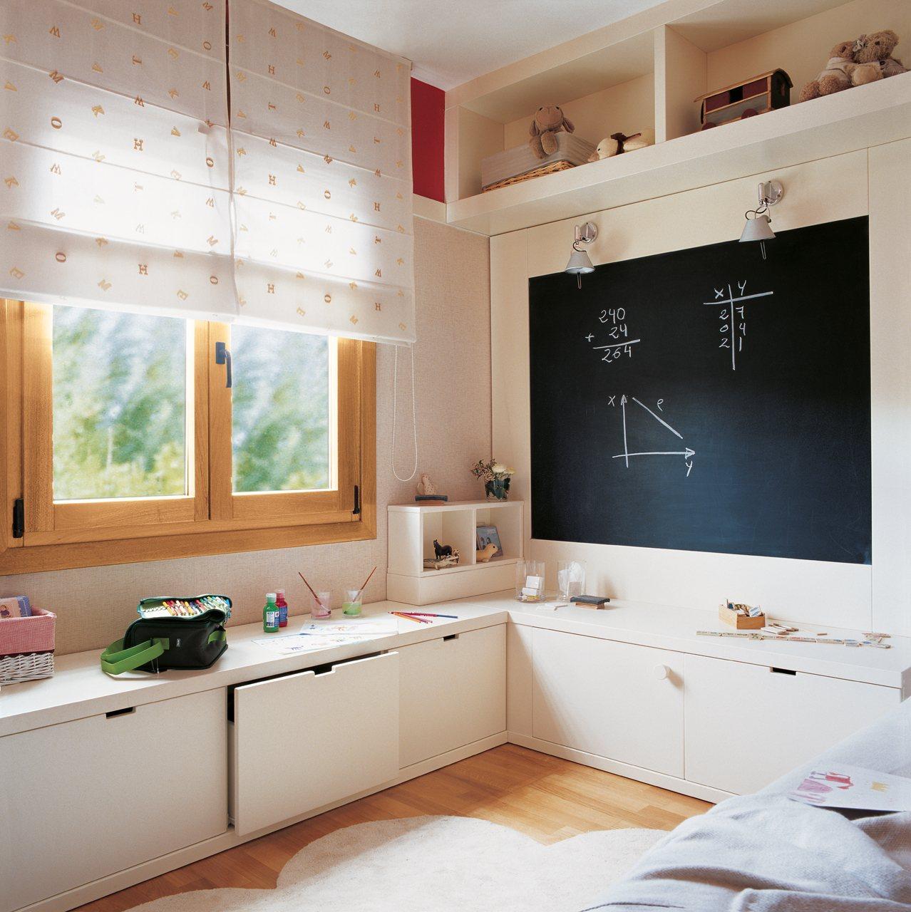 Детская комната для девочки со шкафами