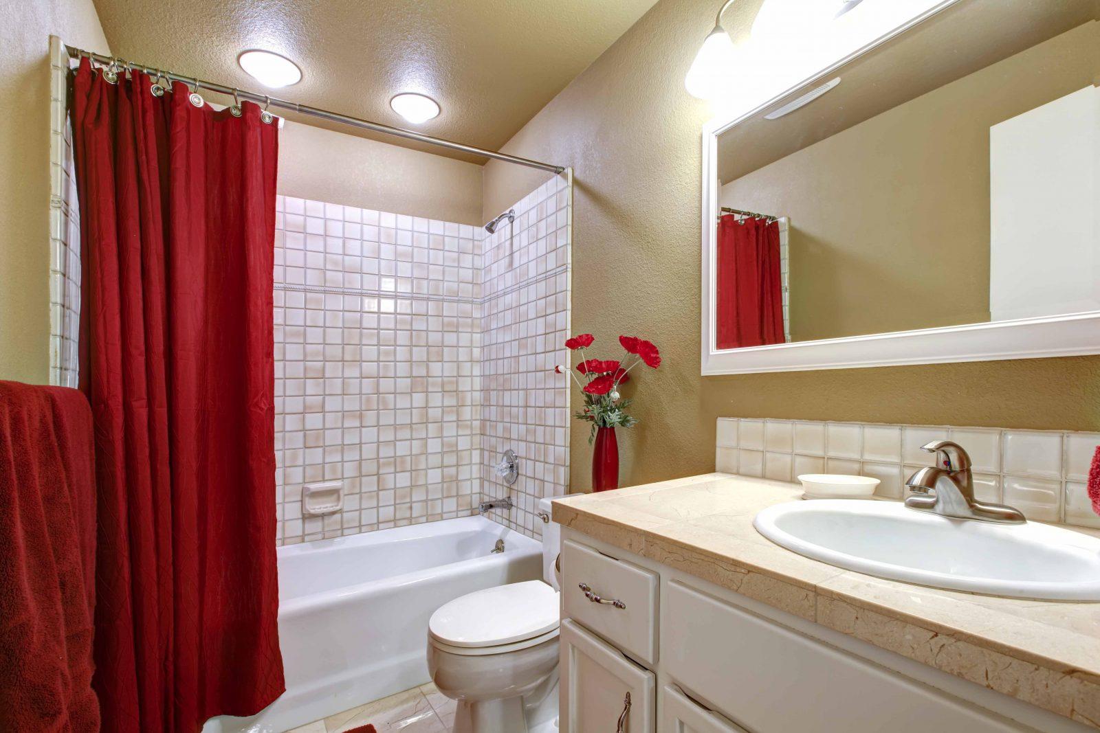 Красная штора в ванной