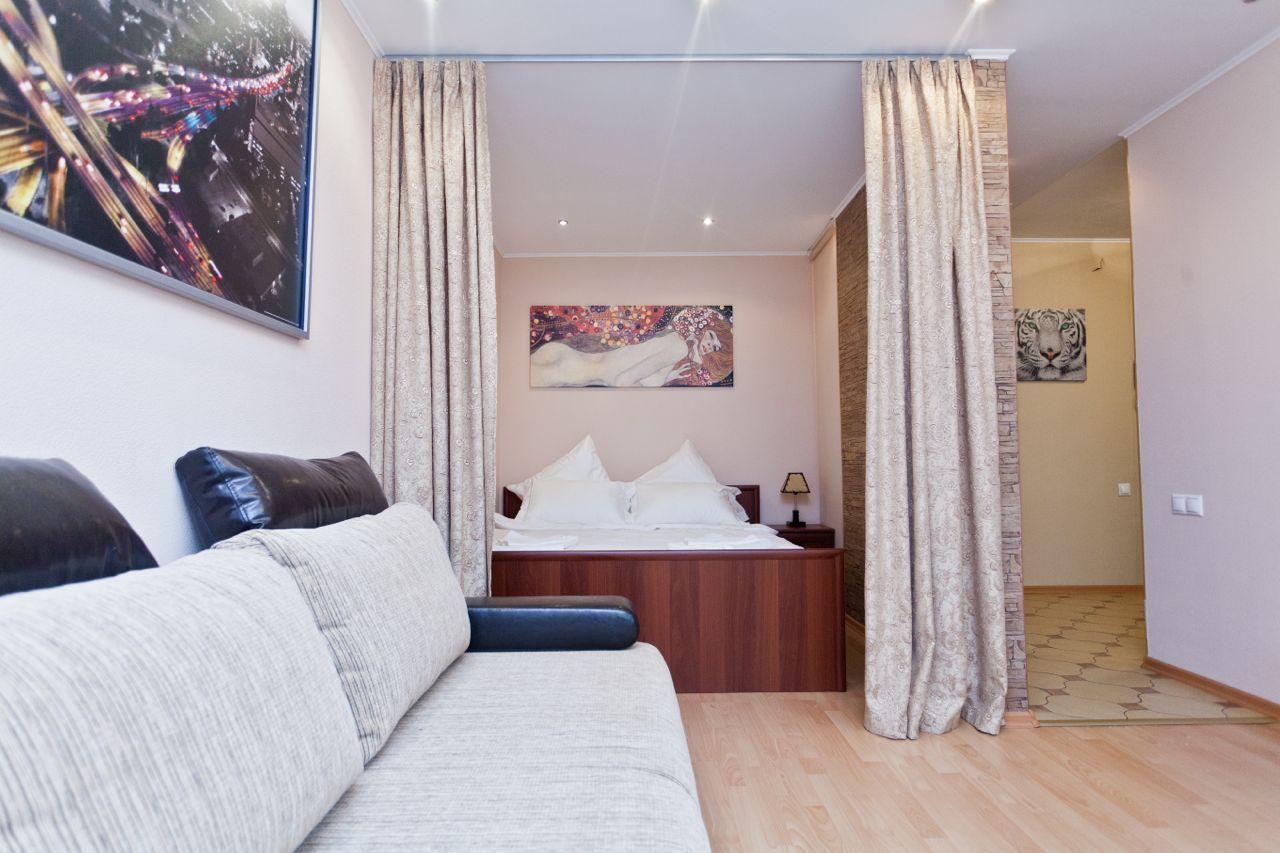 Спальня в однокомнатной квартире со шторами