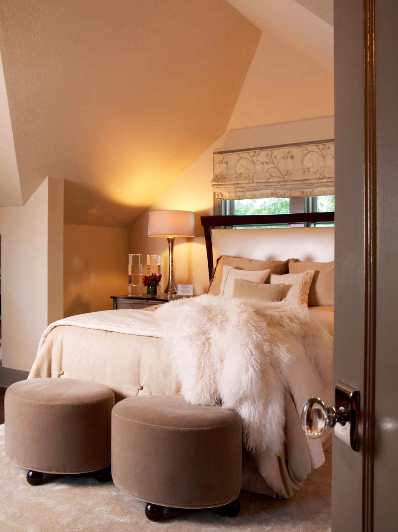 Маленькая спальня со шторами