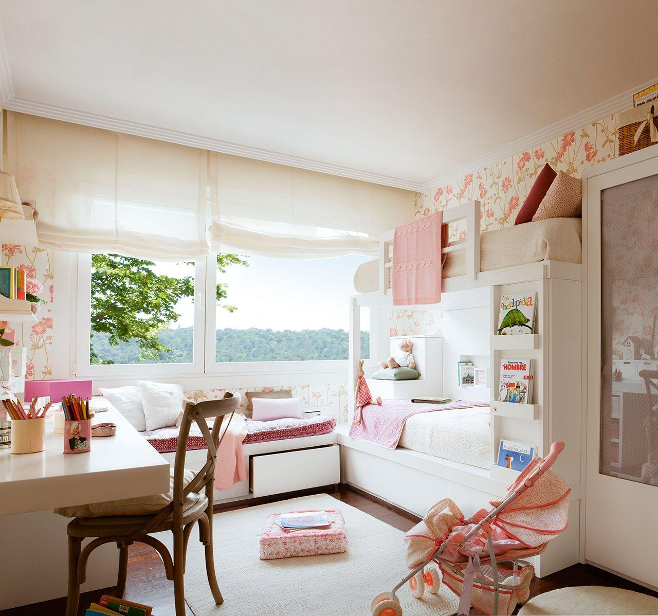 Детская комната для девочки со шторами