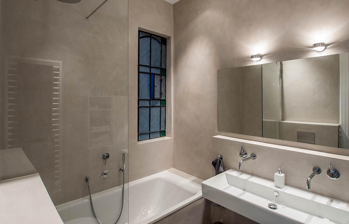 Совмещенная ванная комната со штукатуркой