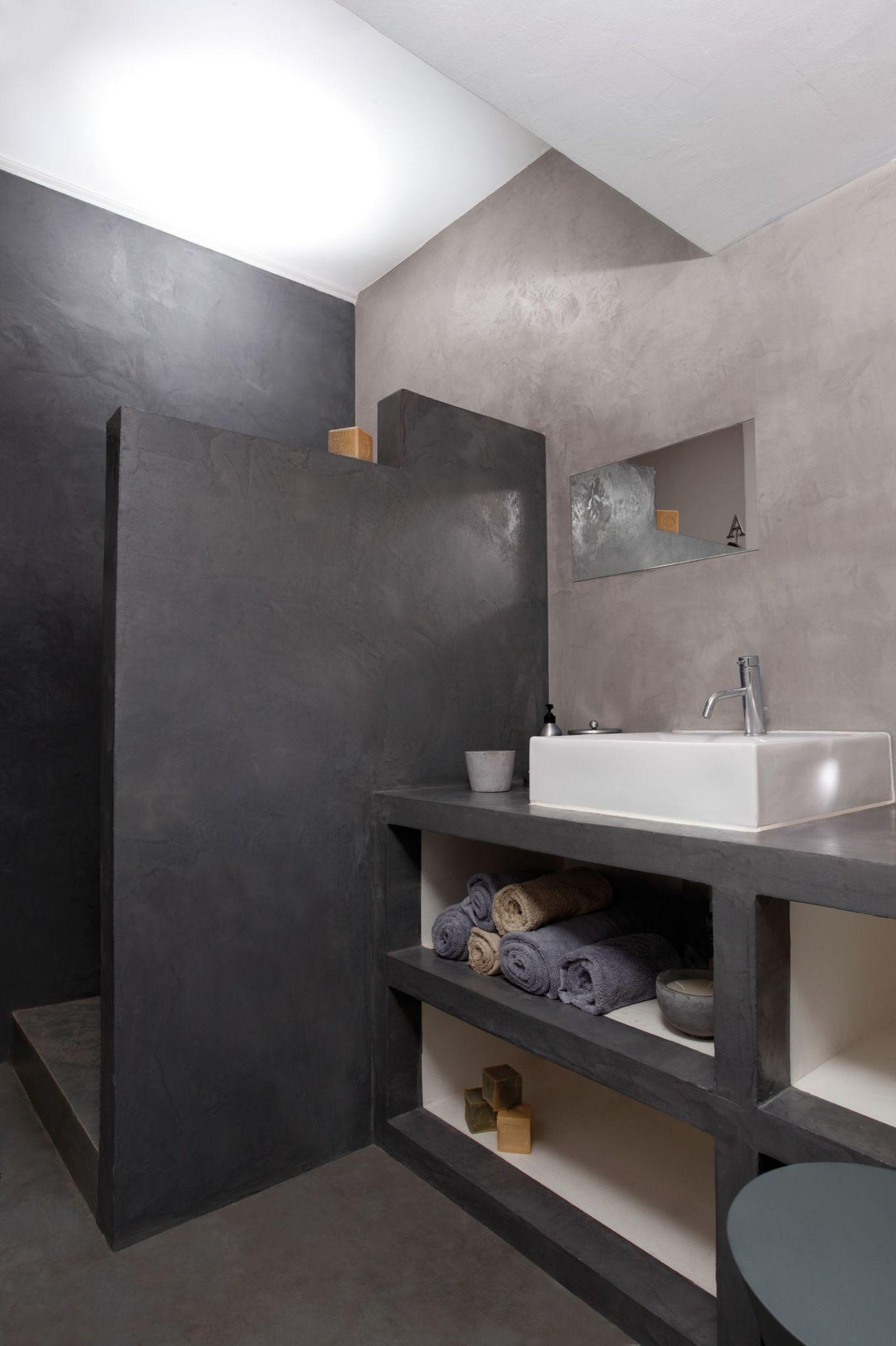 Ванная комната с душевой кабиной и штукатуркой