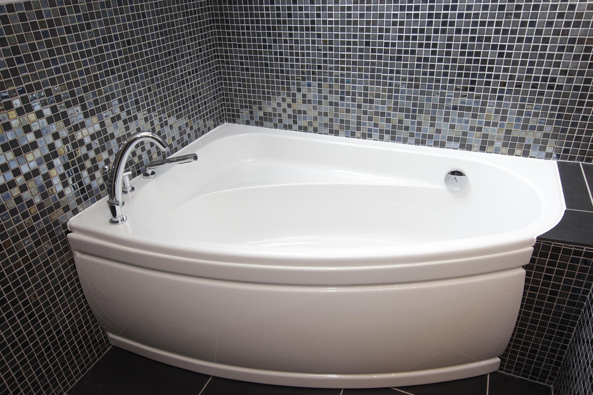 Угловая ванна с сидением