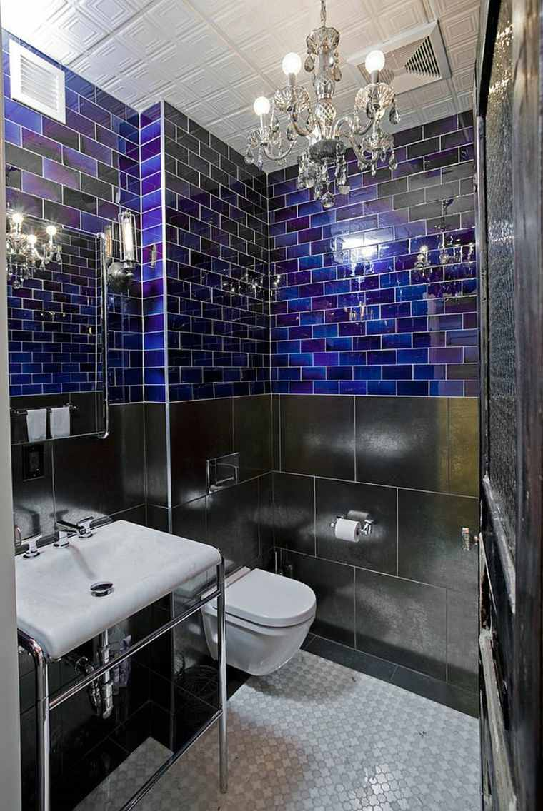 Черная ванная с синей плиткой