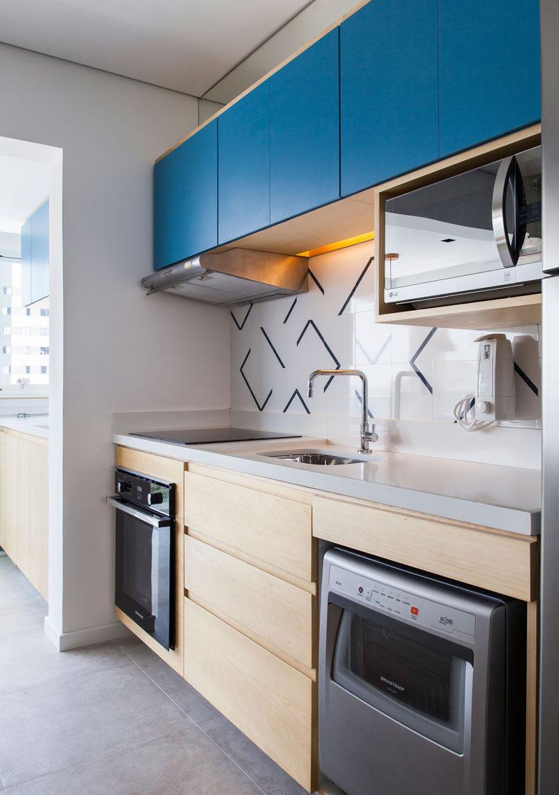 Дизайн маленькой кухни синей