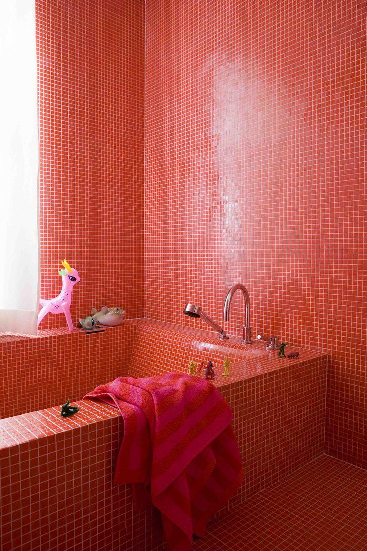 Красная мозаика из натурального камня в ванной