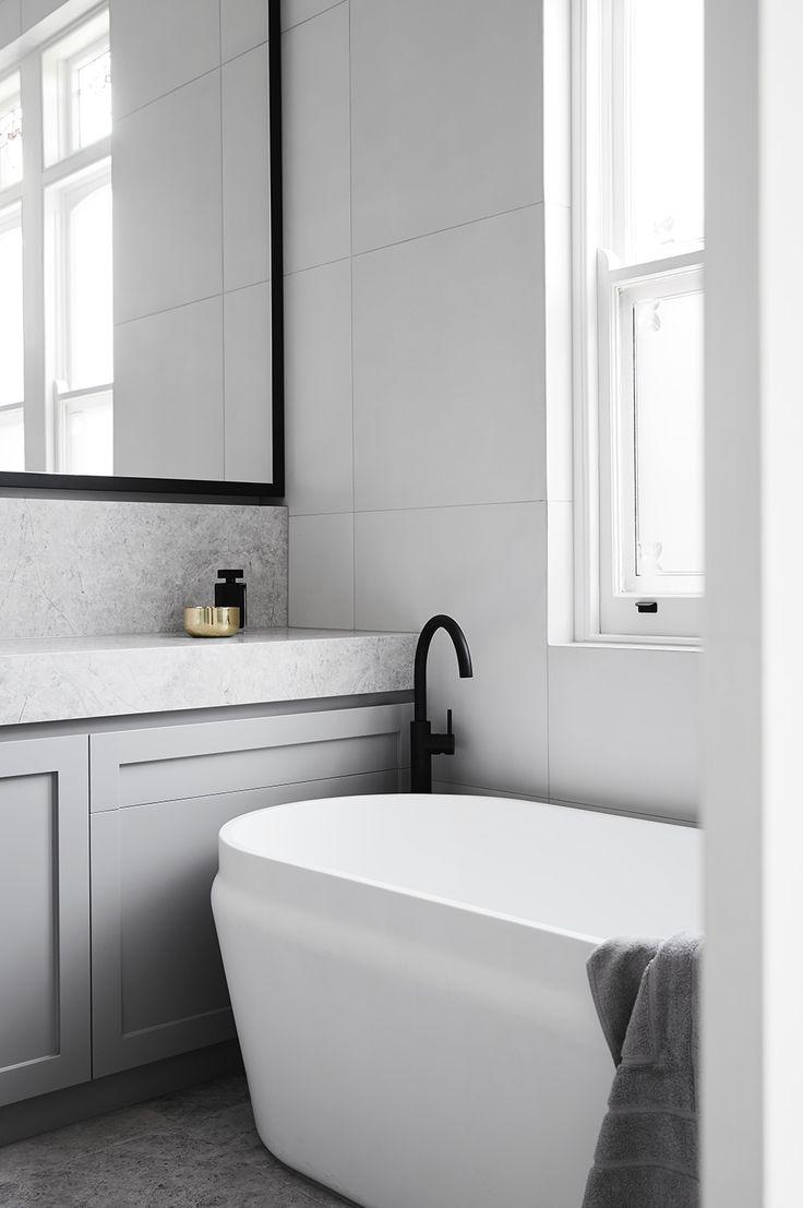 Белая ванная с черными смесителями