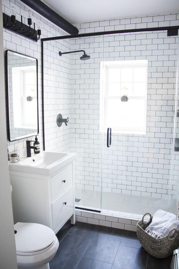 Черный смеситель в белой ванной