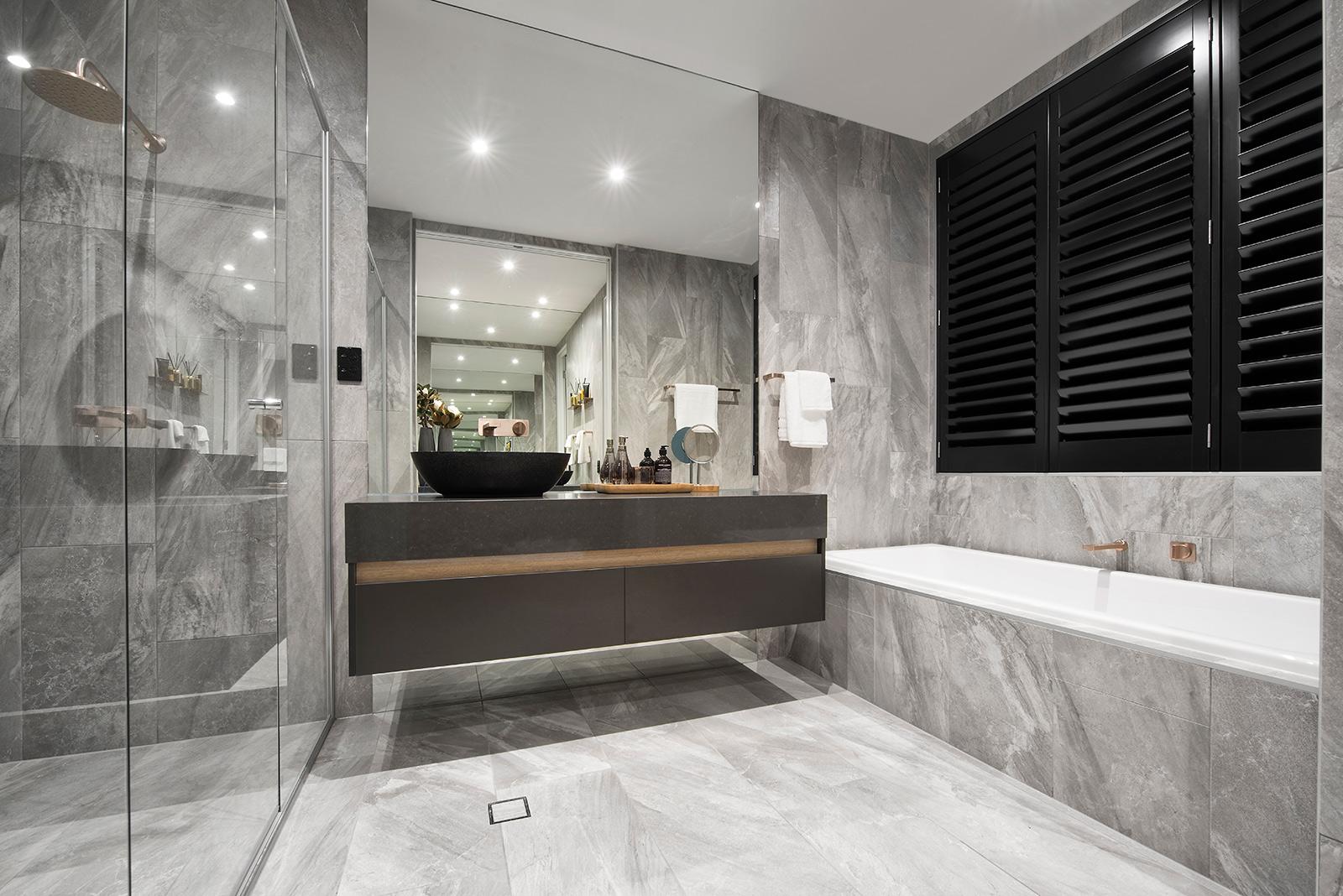 Ванная комната с душевой кабиной стеклянной