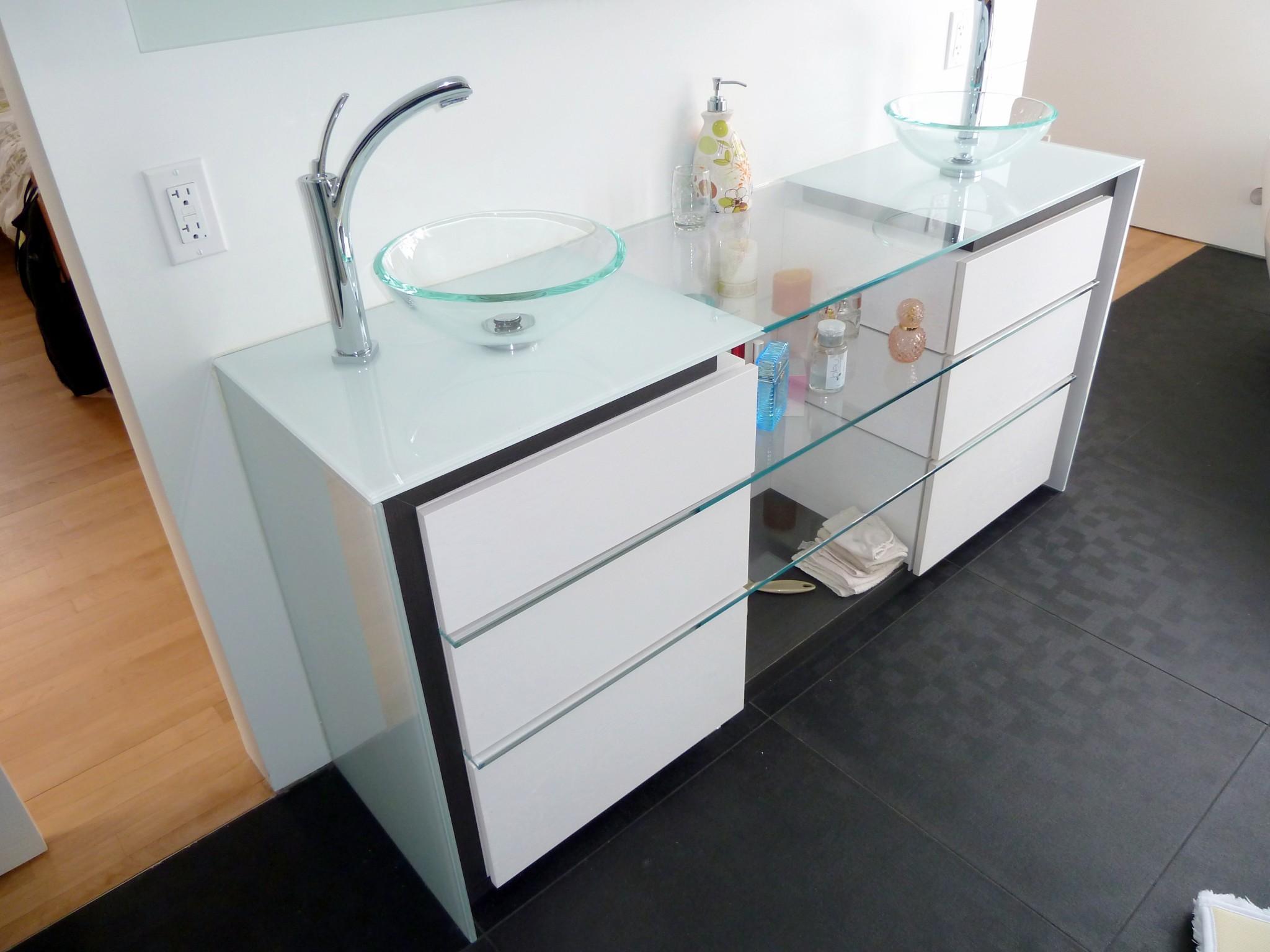 Мебель для ванной стеклянная