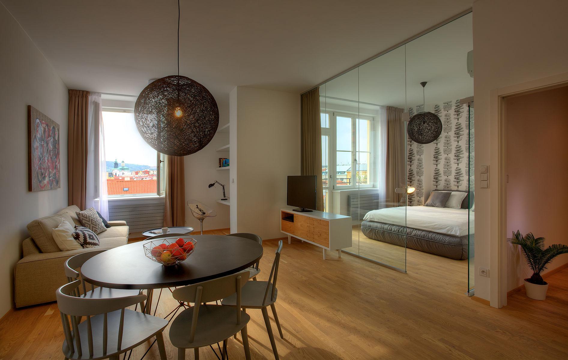 Спальня в однокомнатной квартире со стеклянными перегородками