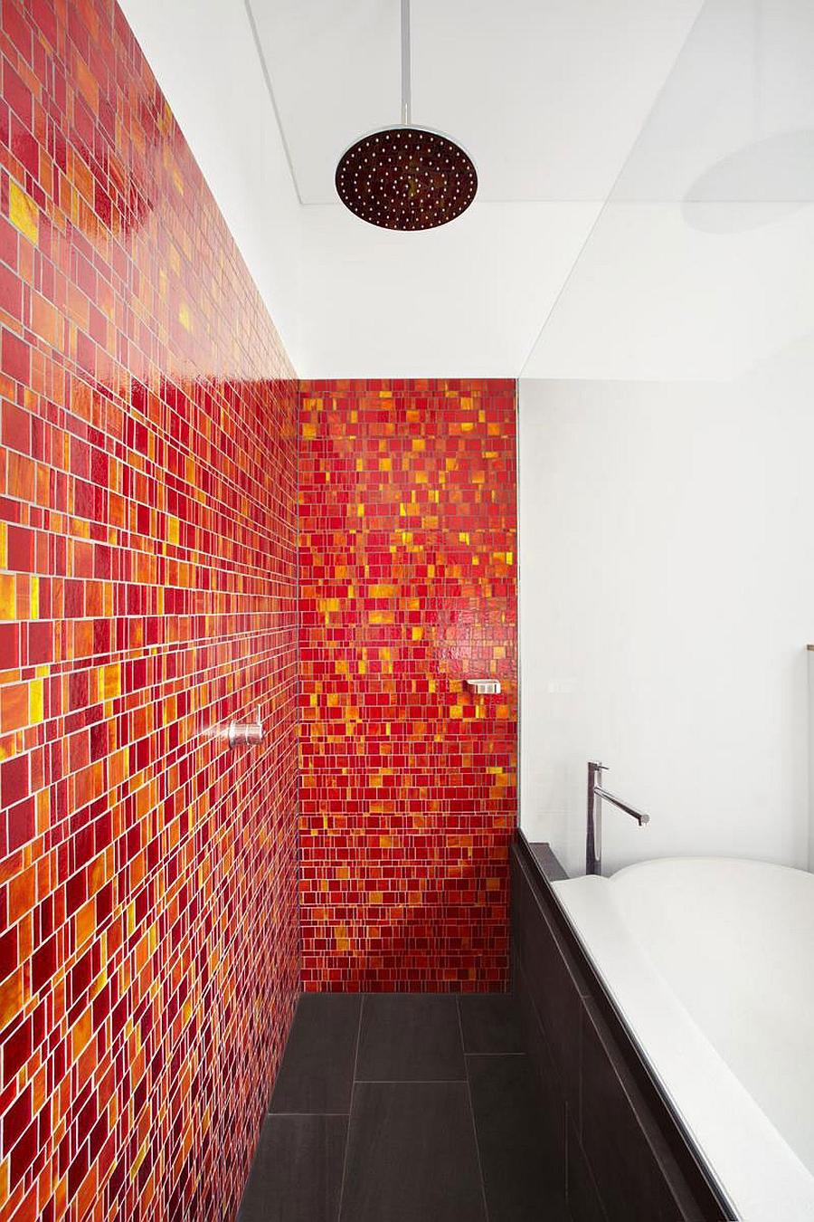 Красная стеклянная мозаика в ванной