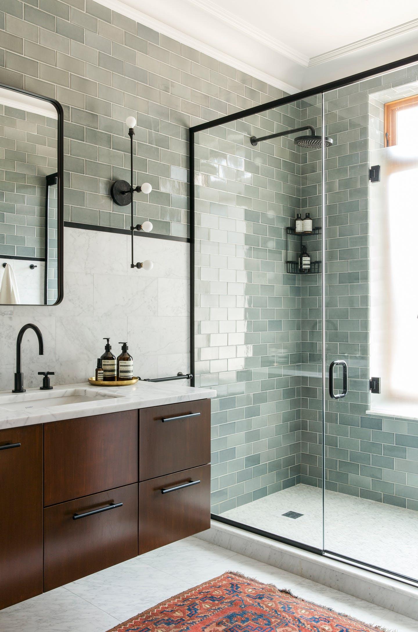 Ванная комната с душевой кабиной и стеклянной плиткой
