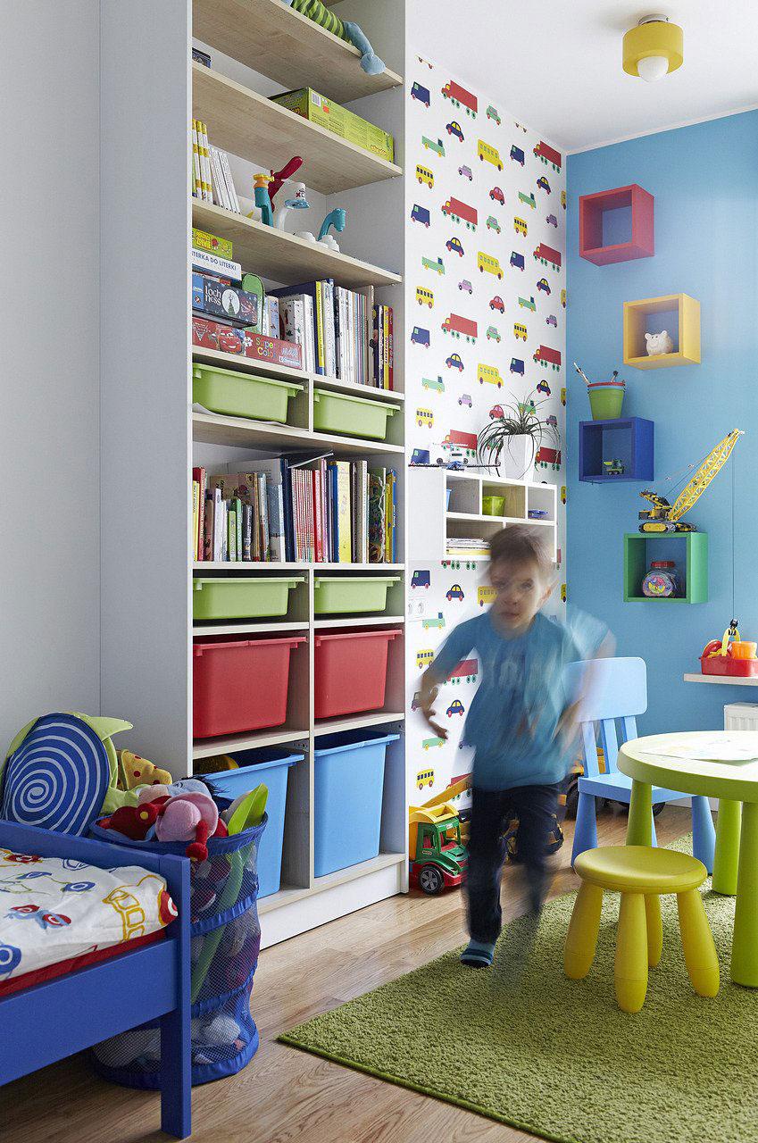 Детская в однокомнатной квартире со стеллажами