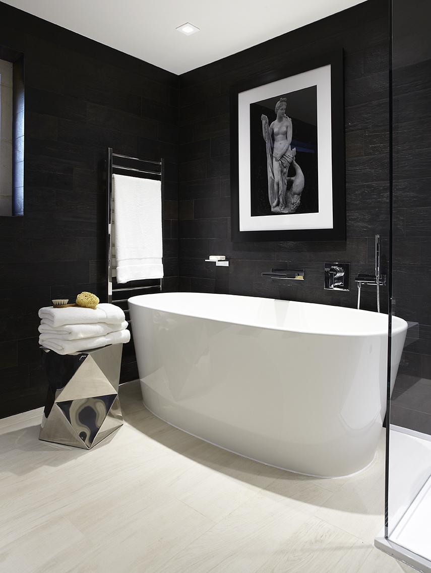 Черные стены в белой ванной