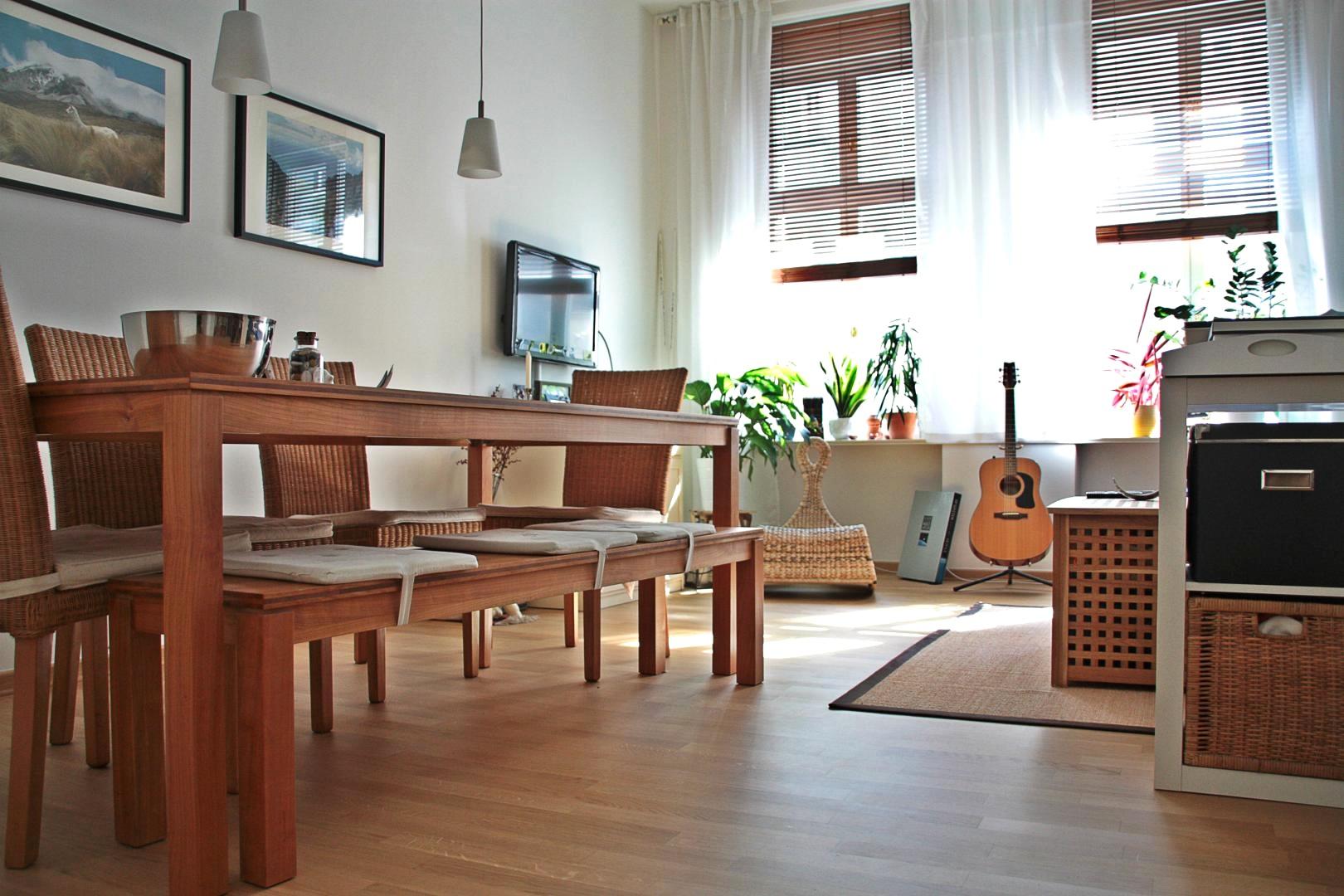 Интерьер квартиры студии со столом