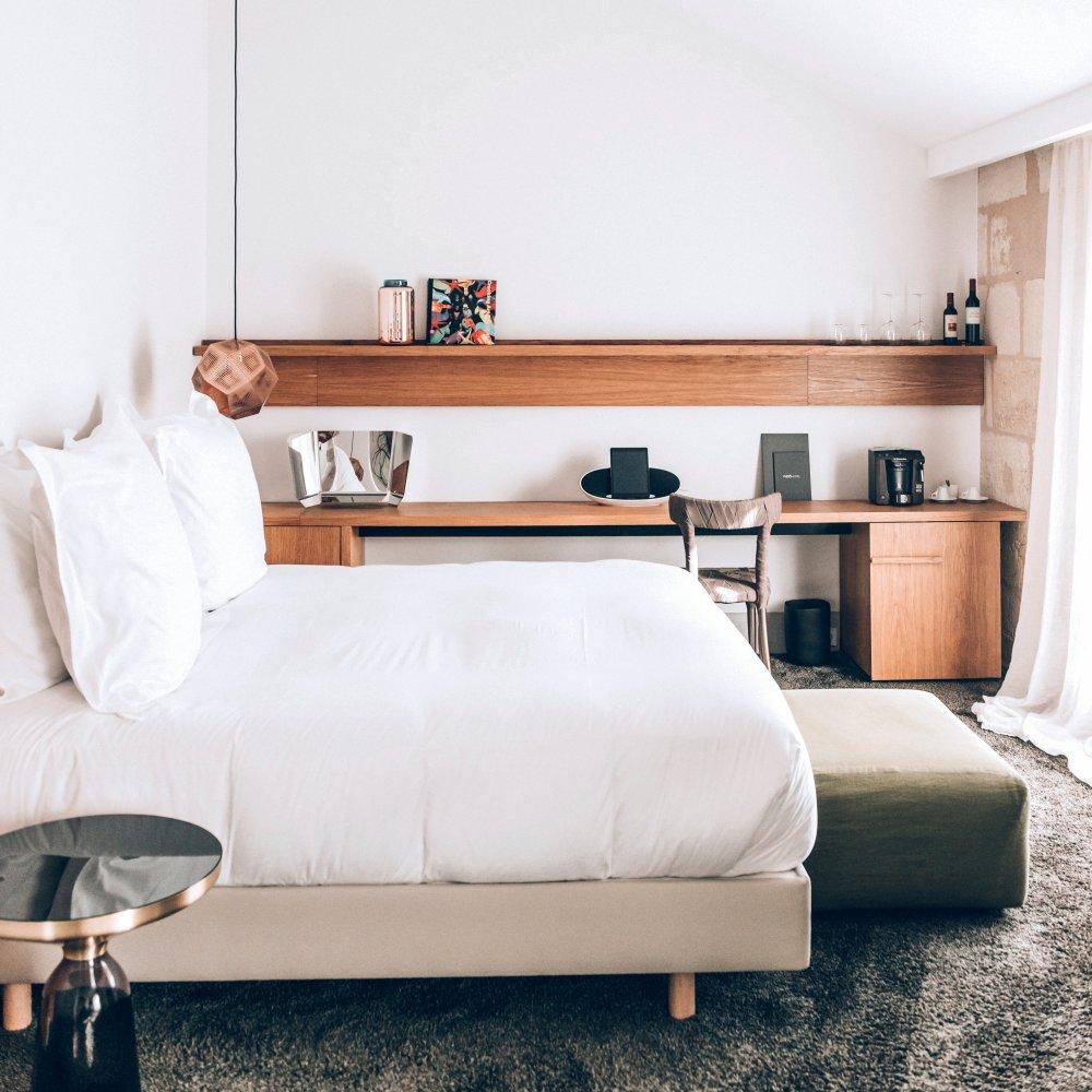 Маленькая спальня со столом