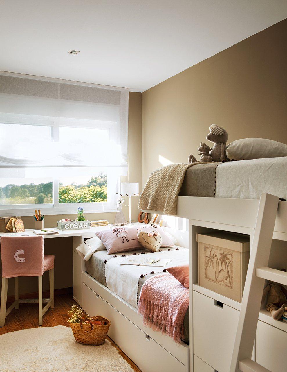 Детская комната для девочки со столом