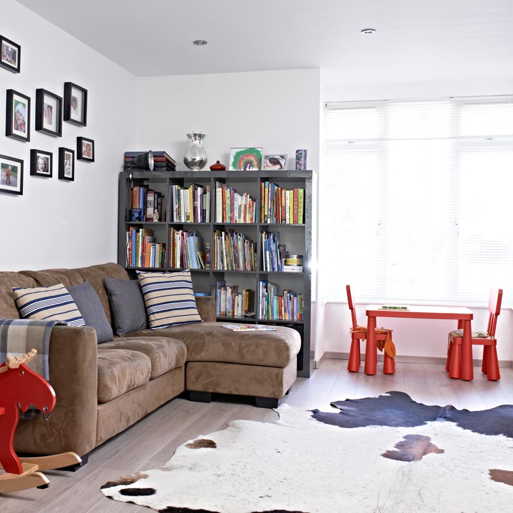 Детская в однокомнатной квартире со столиком