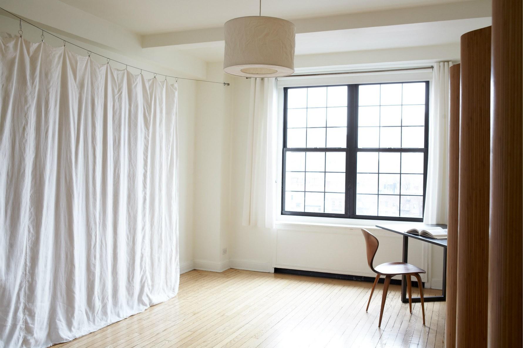 Спальня в однокомнатной квартире с тканевой перегородкой