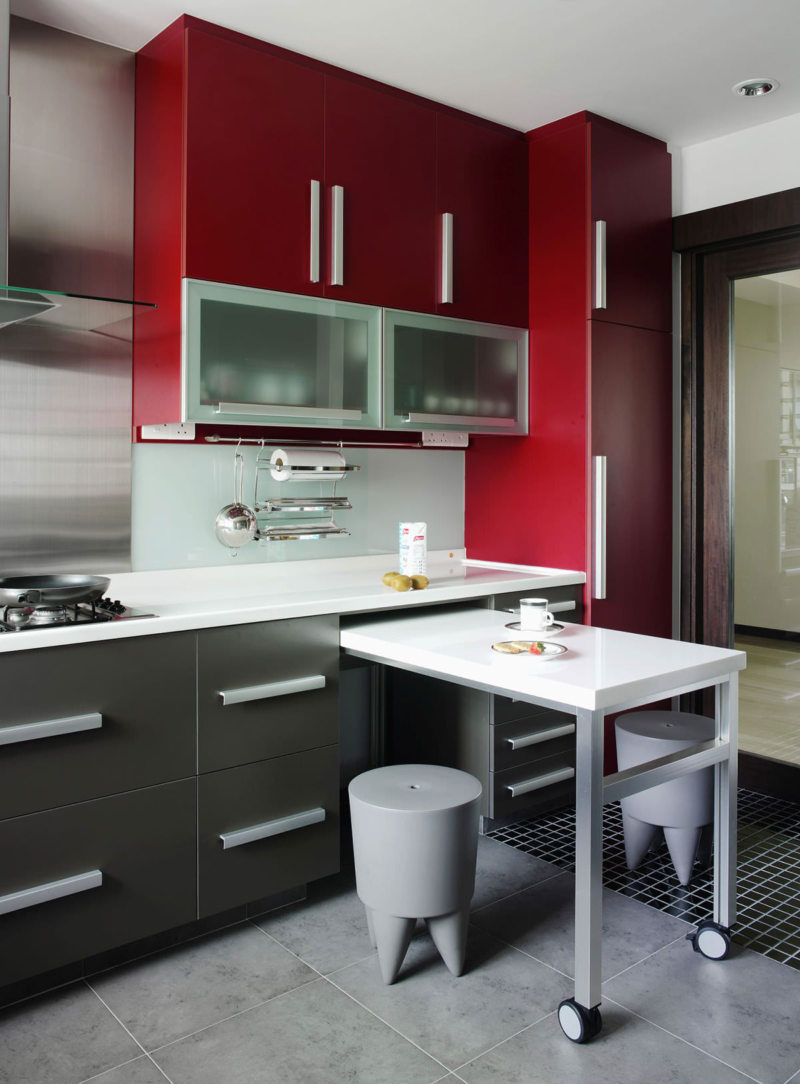 Дизайн маленькой кухни с мебелью трансформером
