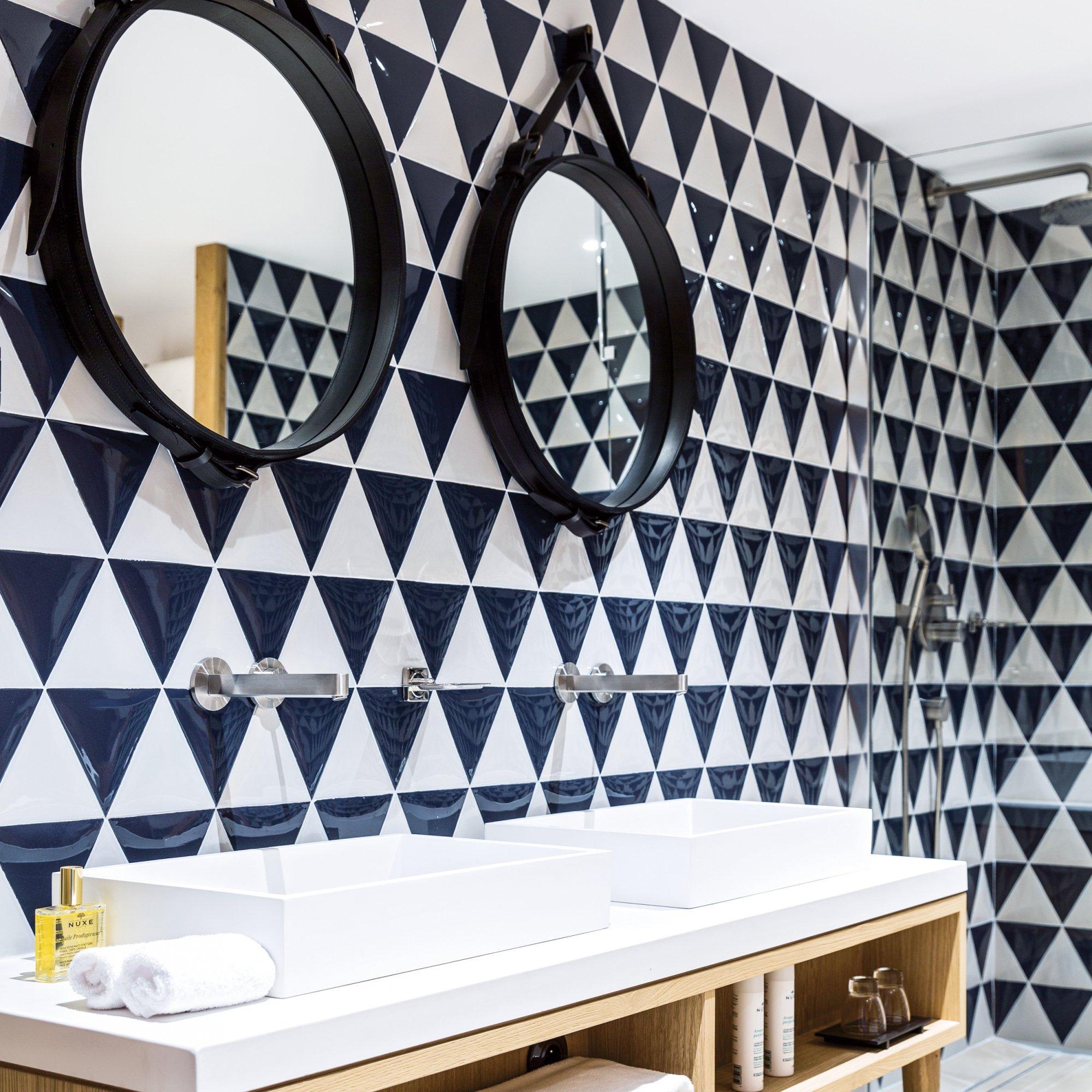 Черно-белая треугольная плитка в ванной