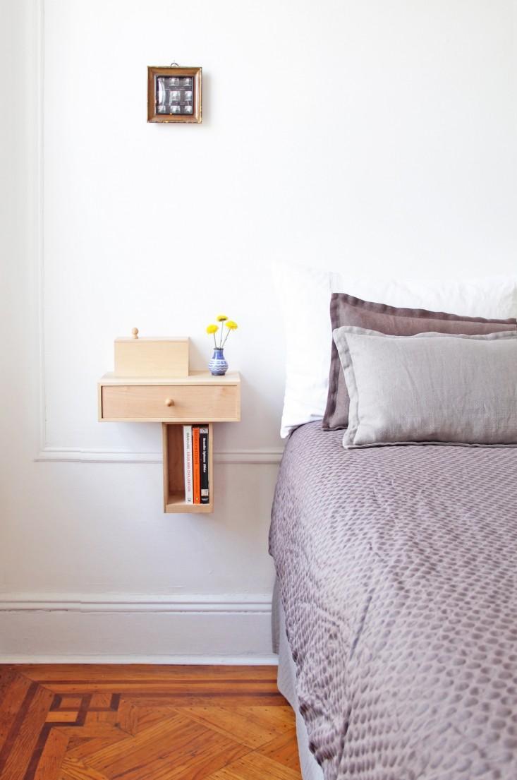 Маленькая спальня с маленькой тумбой