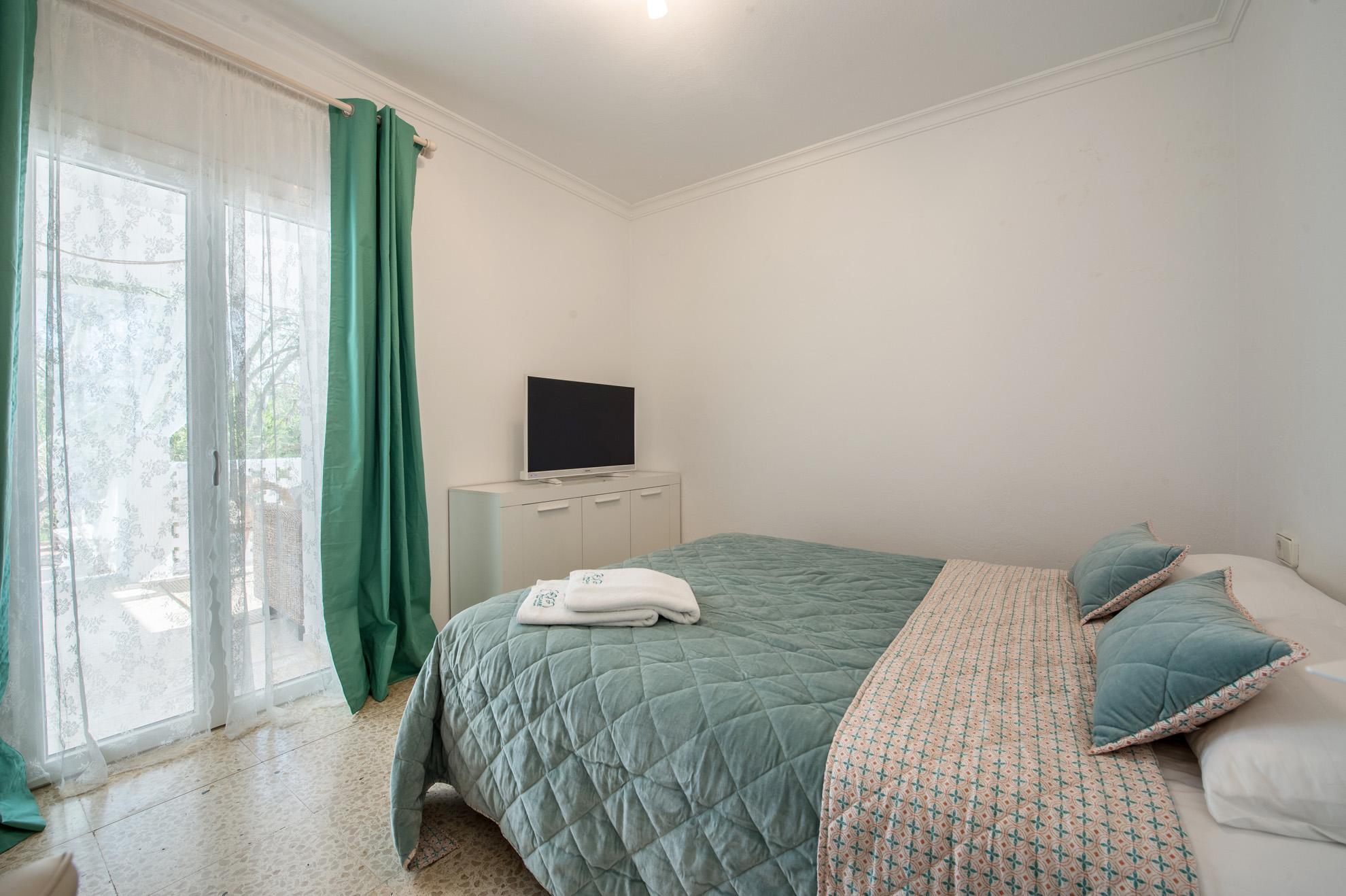 Маленькая спальня с ТВ