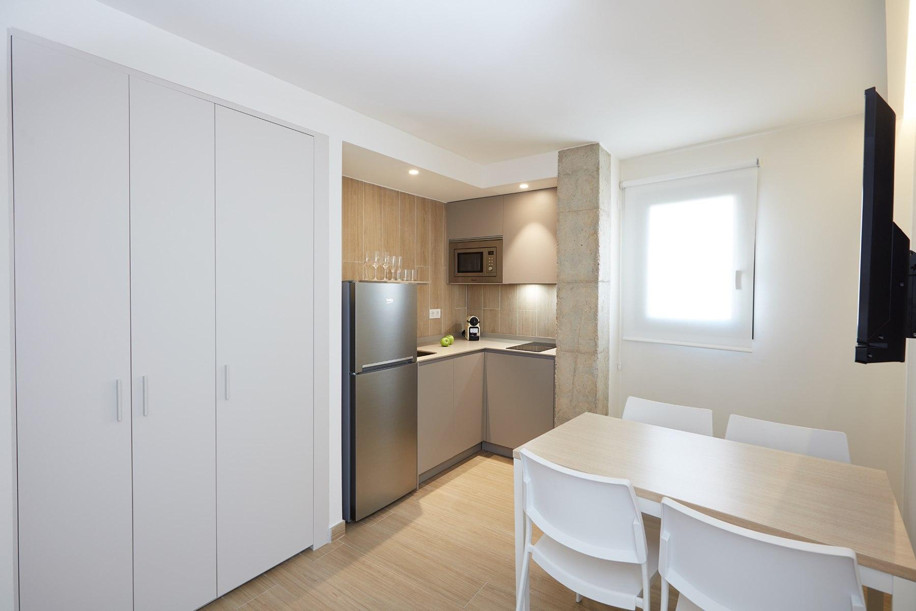 Интерьер квартиры студии с угловой кухней
