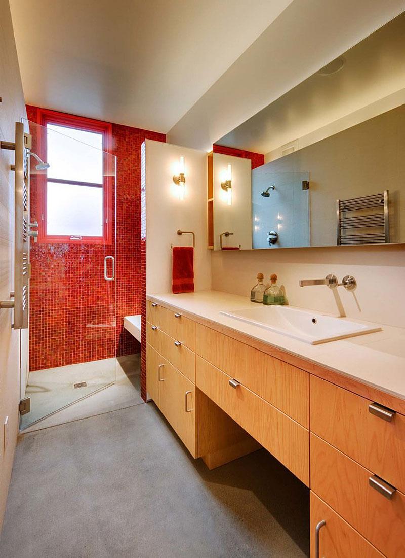 Красная узкая ванная