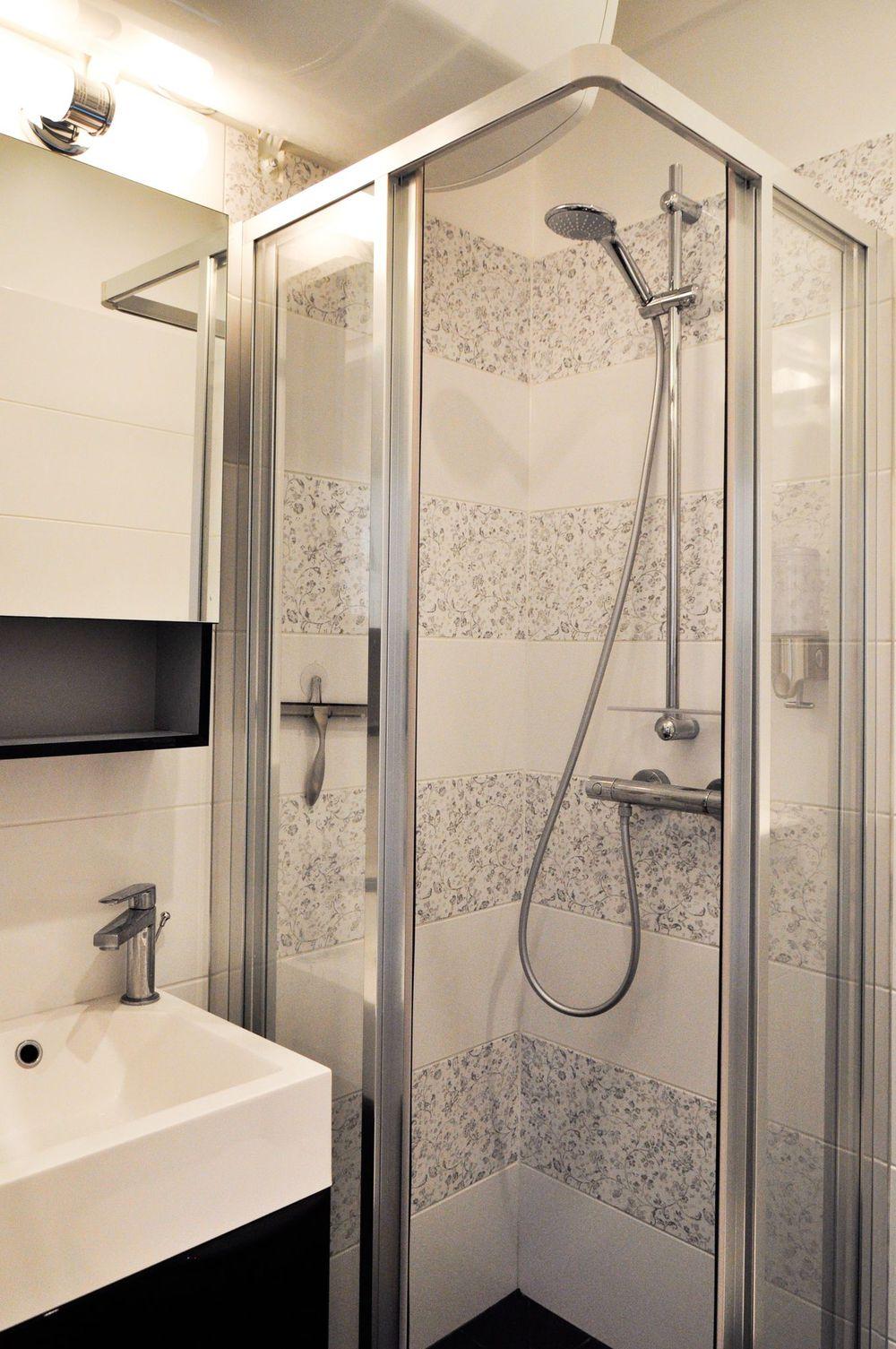 Ванная комната с душевой кабиной и плиткой с узором