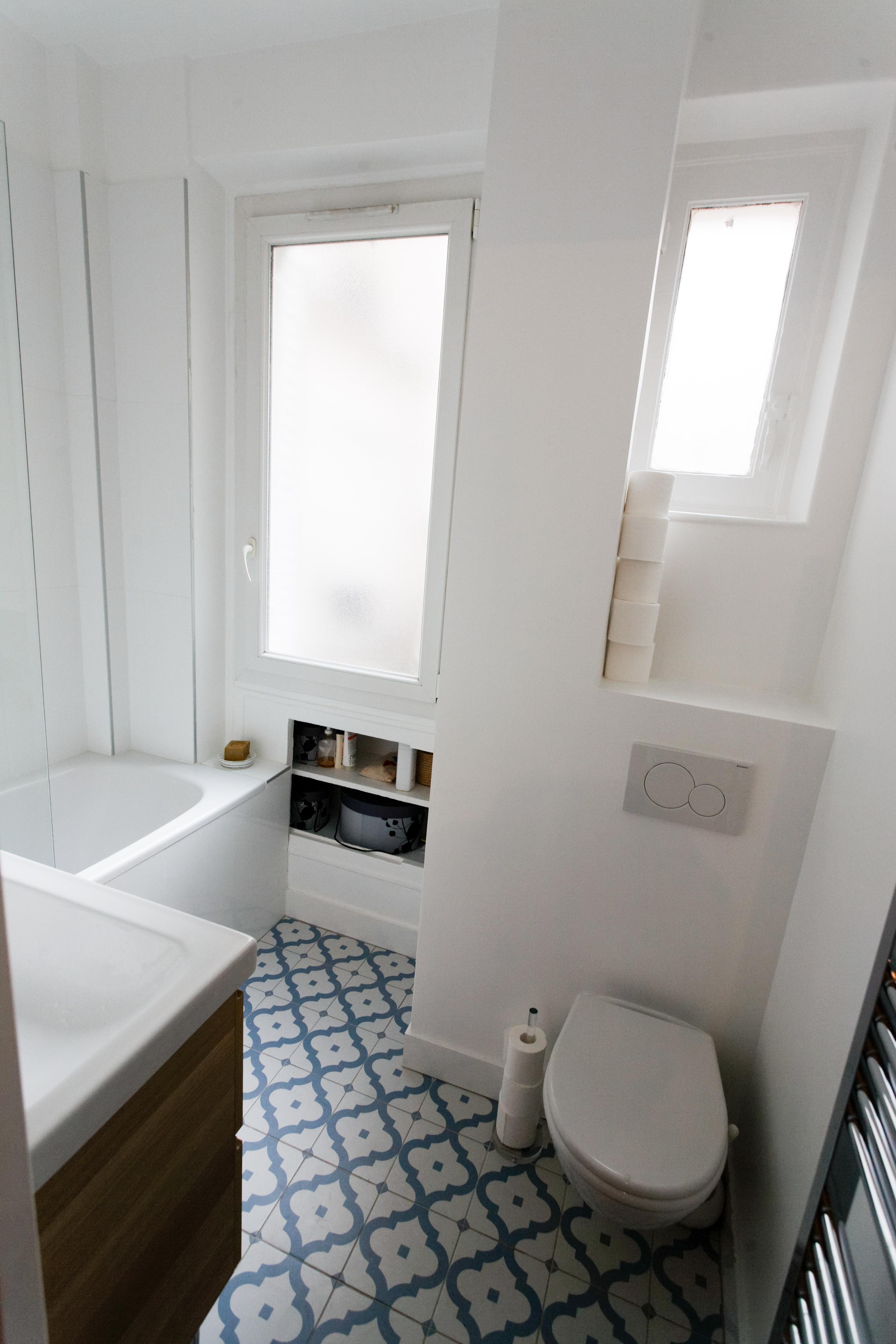 Интерьер ванной с узорчатой плиткой