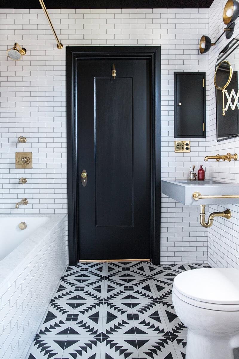 Черно-белая плитка с узором в ванной