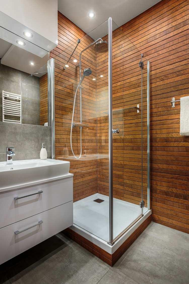 Ванная комната с душевой кабиной и вагонкой