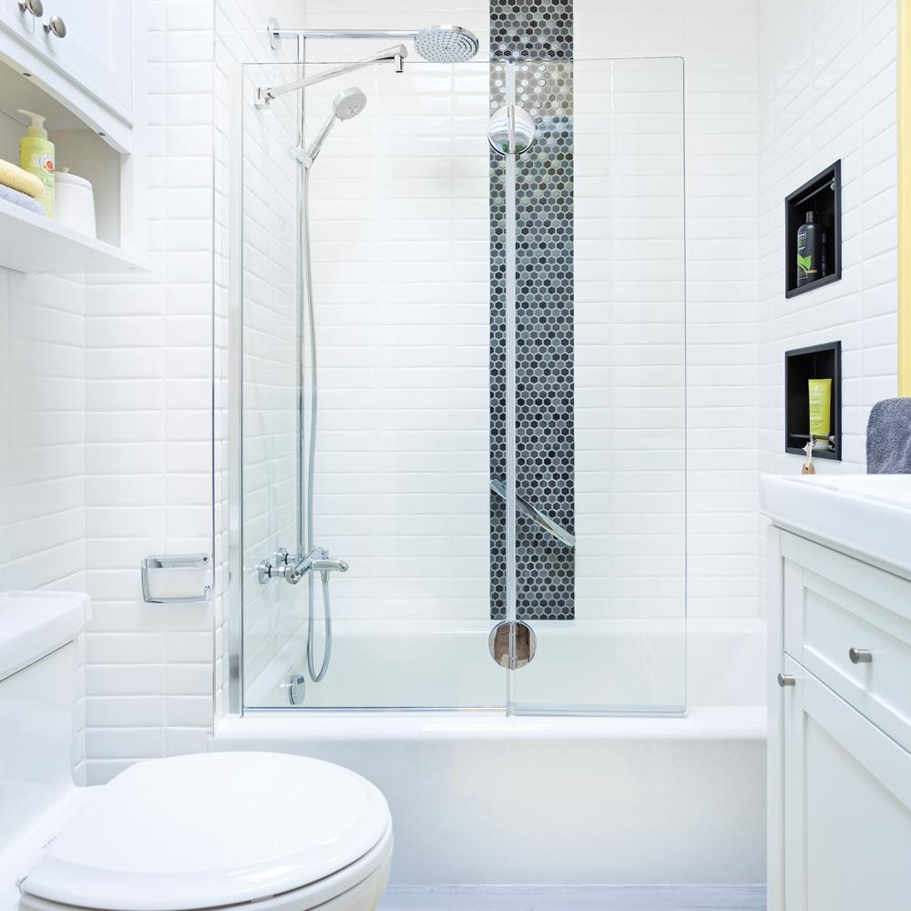Ванная комната с душевой кабиной и декоративной вставкой