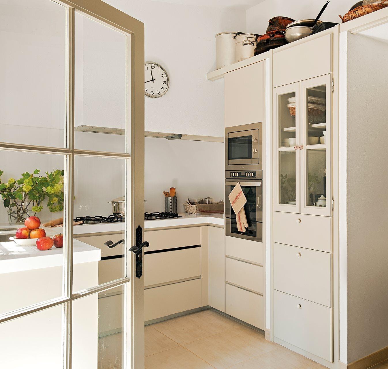 Дизайн маленькой кухни встроенной
