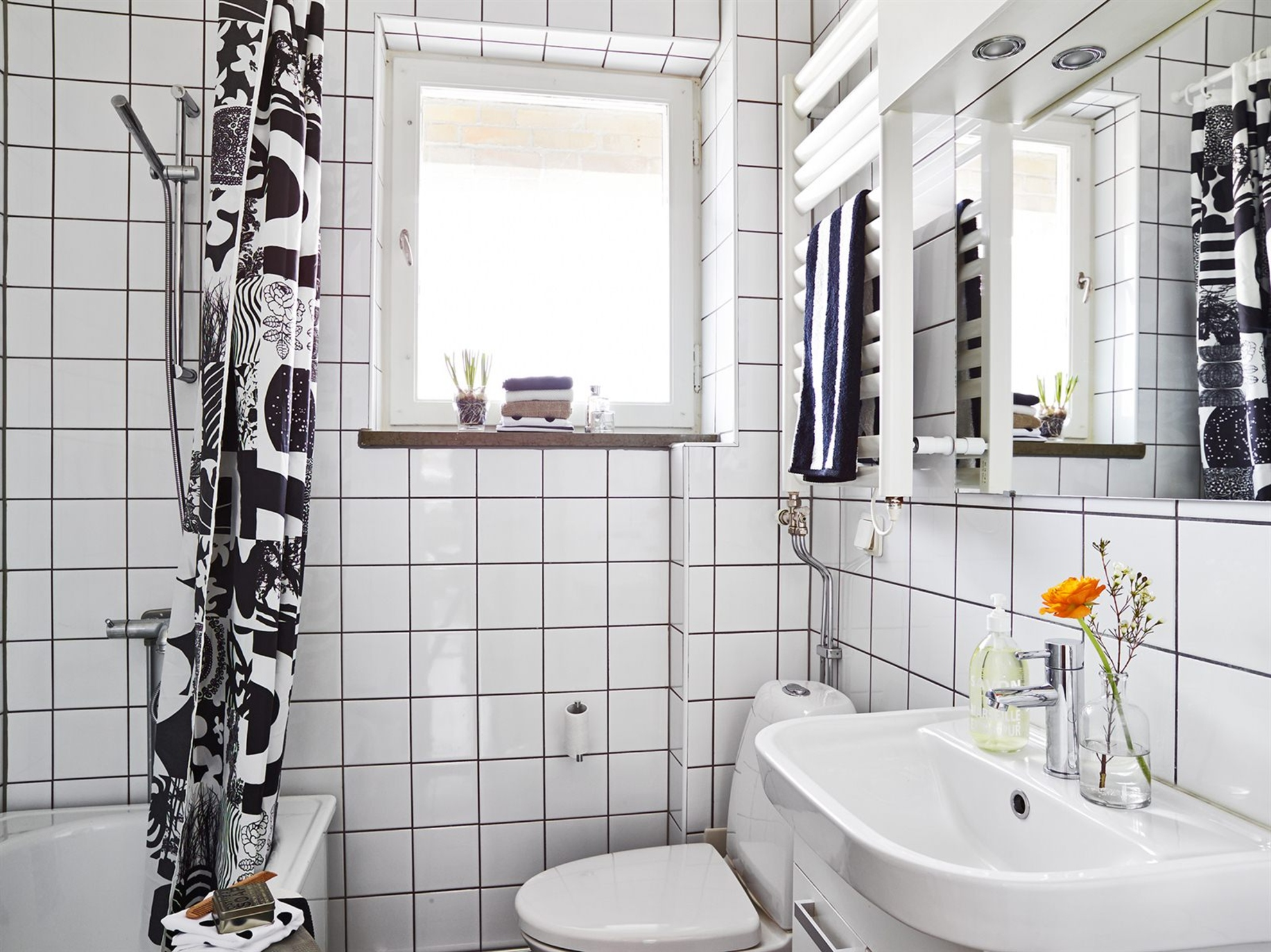Черная затирка и белая плитка в ванной
