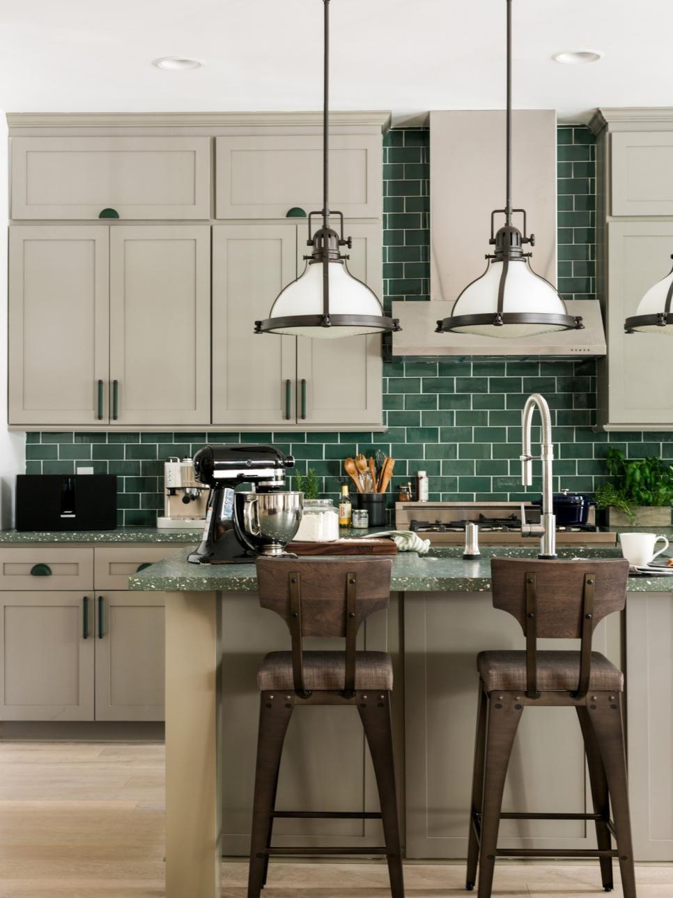 Дизайн маленькой кухни с зеленым фартуком