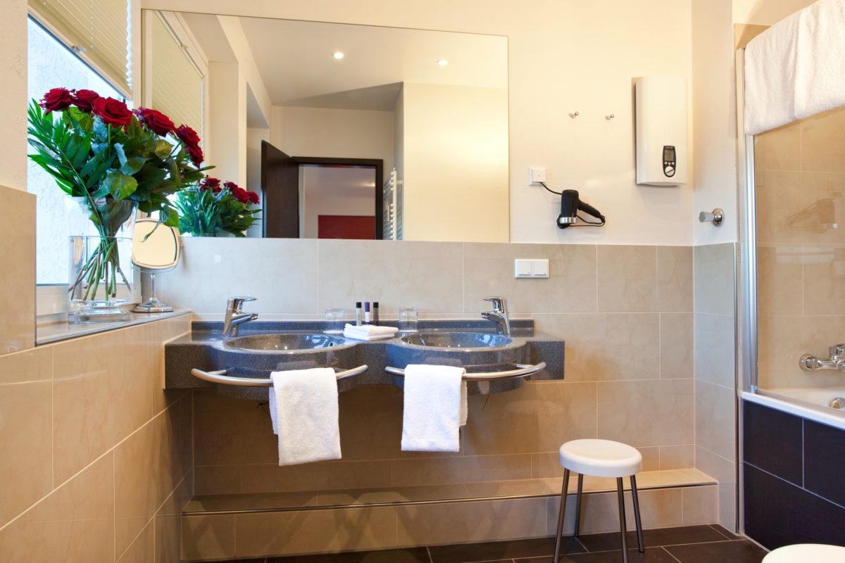Совмещенная ванная комната с зеркалом